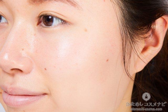 化粧下地をつけた女性の頬