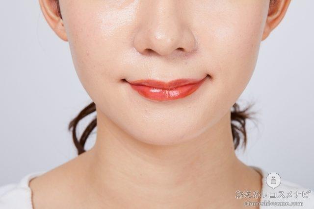 『スプリングハート ジューシージェリーティント』「03 オレンジフィズ」をつけた唇
