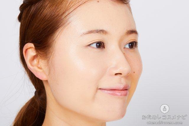 『ジルスチュアート ピュアエッセンス フォーエバー クッションコンパクト』を顔全体になじませた女性の横顔