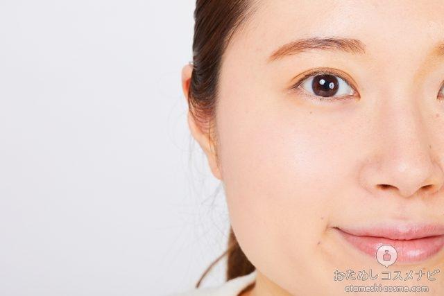 『セザンヌUVシルクカバーパウダー 00 ライトベージュ 』を塗った女性の顔半分