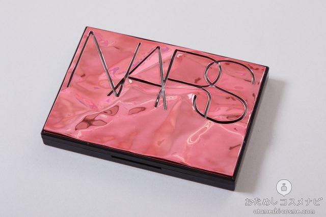 NARSと大きな文字で書かれた『NARS オーバーラスト チークパレット』のケース