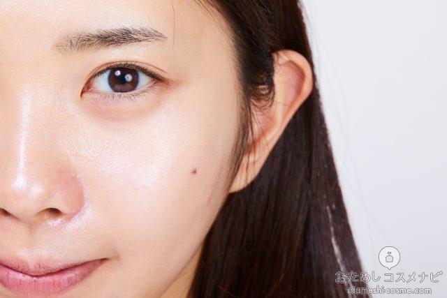 『ジルスチュアート イルミネイティング セラムプライマー 02 aurora lavender』を塗った女性の顔半分