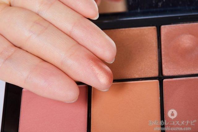指の腹に適量とった『NARS オーバーラスト チークパレット』のチークカラー