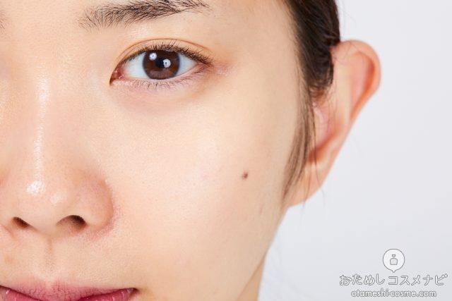 『BBリキッドペン』01自然な肌色(ライトベージュ)をなじませた顔半分