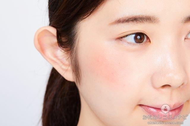 『NARS オーバーラスト チークパレット』のチークを頬に塗った女性の横顔