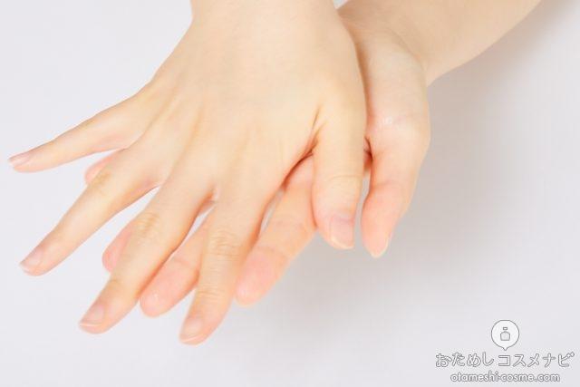 『アテンゾパルファム ハンドジェル』のジェルを手のひらに塗り広げる様子