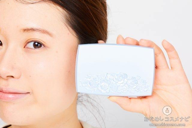 顔の横に『トワニー アクアバランス パクト』のケースを持つ女性