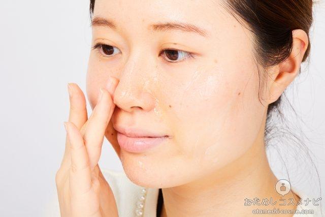小鼻にジェル状洗顔料をなじませる女性