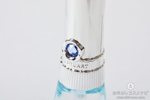 ブルーサファイヤがはめ込まれたネイルオイルのキャップ