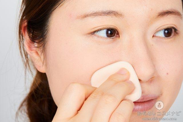 小鼻にファンデーションを塗る女性