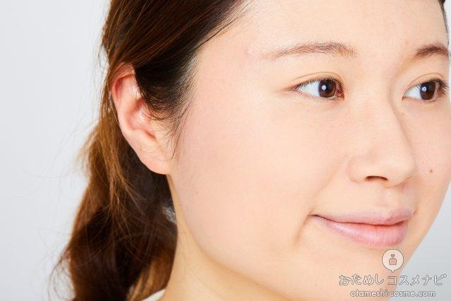 ケイトの新ベースメイクアイテムで化粧をした女性の横顔