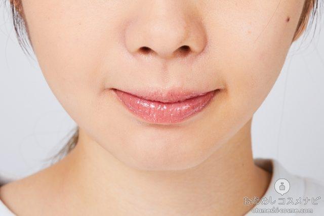 『ジルスチュアート 15thアニバーサリー リップグロス』「01 pink brilliance」を塗った唇