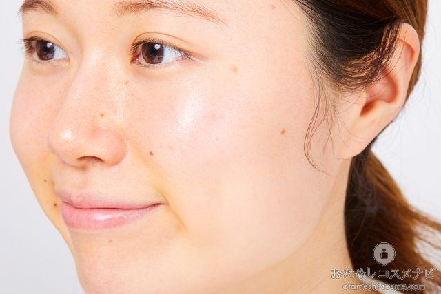 『うるおいリッチHミルク』を顔全体になじませた女性の横顔