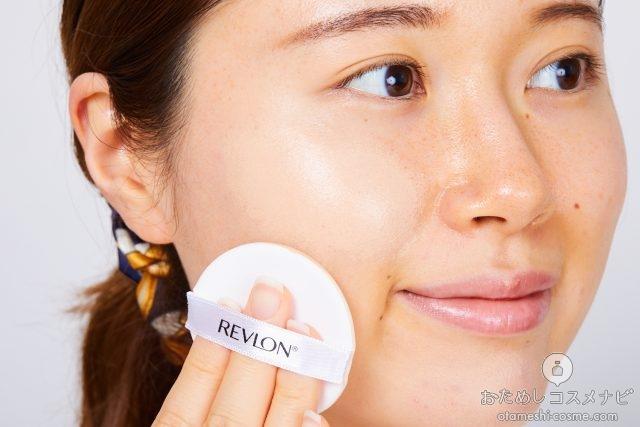 『レブロン カラーステイ クッション ロングウェア ファンデーション』を頬に塗る女性