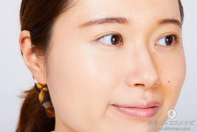 『レブロン カラーステイ クッション ロングウェア ファンデーション』を顔全体に塗った女性