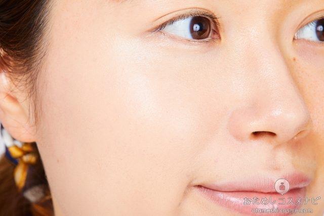 『レブロン カラーステイ クッション ロングウェア ファンデーション』を塗った女性の顔アップ