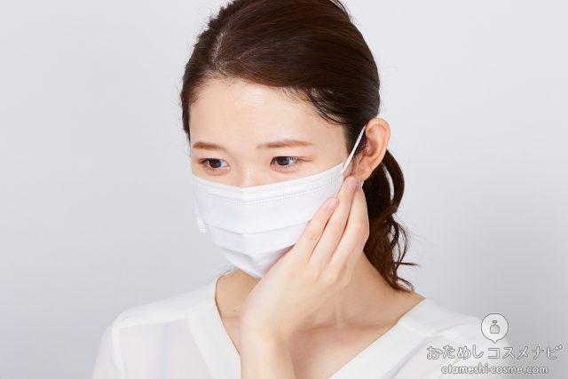 マスクに噴射した『マスクメイト』の香りをかぐ女性