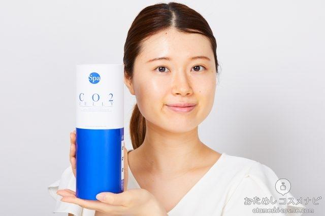 『SPA CO2ゼリー』のパッケージ箱を顔の横に持つ女性