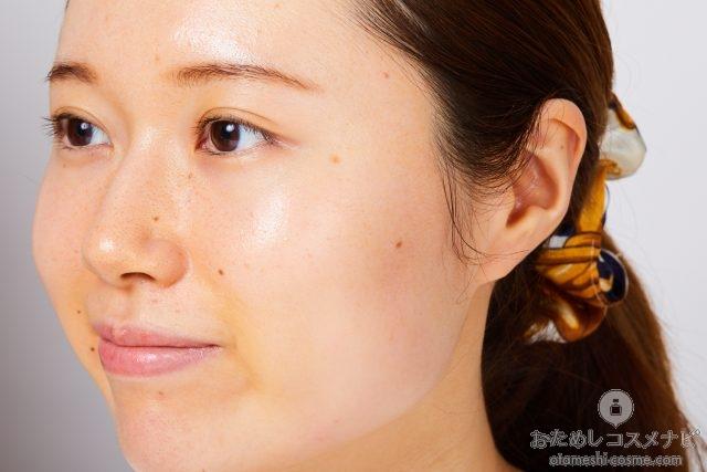 『キュレル 美白ケア 化粧水』をなじませた女性の横顔