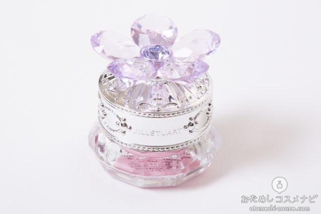ラベンダー色の花の飾りが乗ったアイシャドウの容器