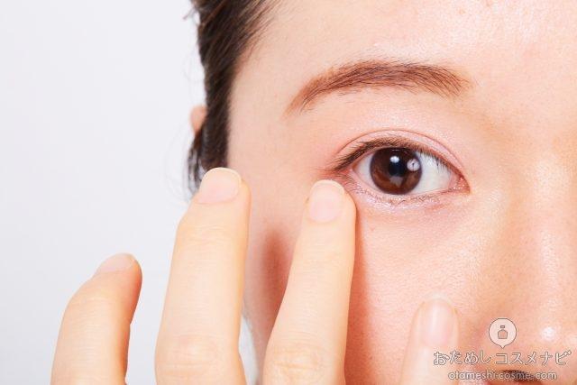 アイシャドウを下まぶたに指で塗る女性