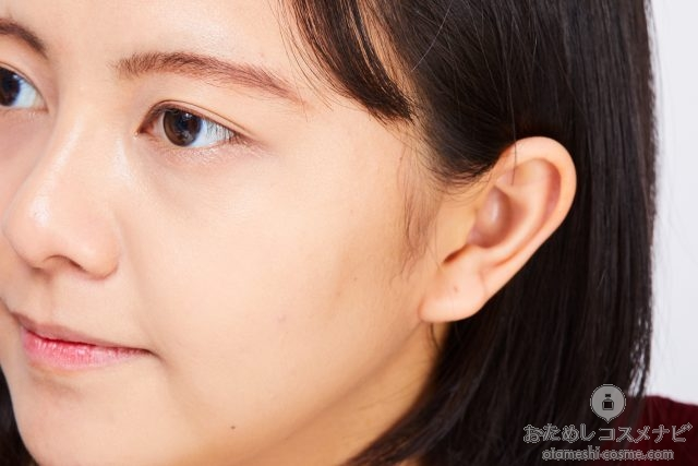 『アンリミテッド ファンデーション スティック』の564(標準色)を塗った女性の頬