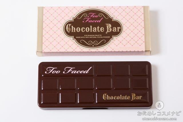 床に置かれたチョコレート型のアイシャドウパレットと箱